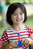 Portret azjatykcia dziewczyna w parkowym zielonym tle, Zdjęcia Stock