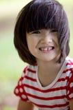 Portret azjatykcia dziewczyna w parkowym zielonym tle, Obraz Stock