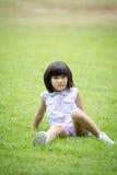 Portret azjatykcia dziewczyna w parkowym zielonym tle, Fotografia Stock
