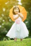 Portret azjatykcia dziewczyna w parkowym zielonym tle, obrazy royalty free