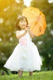 Portret azjatykcia dziewczyna w parkowym zielonym tle, fotografia royalty free