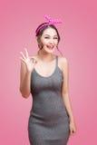 Portret azjatykcia dziewczyna z ładnym uśmiechem w pinup stylu z Han Obraz Royalty Free