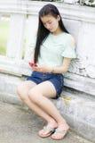 Portret azjatykcia dziewczyna z smartphone Obraz Royalty Free