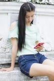 Portret azjatykcia dziewczyna z smartphone Zdjęcia Royalty Free