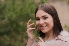 Portret bardzo piękna dziewczyna w lesie ubierał w futerku Obrazy Royalty Free