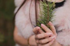 Portret bardzo piękna dziewczyna w lesie ubierał w futerku Zdjęcia Stock