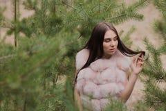 Portret bardzo piękna dziewczyna w lesie ubierał w futerku Obrazy Stock