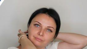 Portret bardzo Piękny błękitnooki kobieta model z długim czarni włosy pozuje przed kamerą zdjęcie wideo