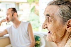 Portret bardzo stara uśmiechnięta szczęśliwa kobieta fotografia stock