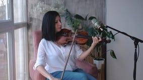 Portret bawić się skrzypce muzyk kobieta, równomierny krzywka strzał, zwolnione tempo zbiory