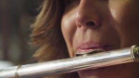 Portret bawić się flet młoda kobieta zbiory wideo