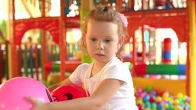 Portret bawić się na boisku mała dziewczynka zbiory