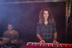 Portret bawić się pianino przy klubem nocnym męski muzyk Fotografia Stock