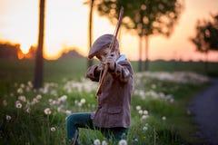 Portret bawić się z łękiem i strzała dziecko, łucznictwo strzela a Fotografia Royalty Free