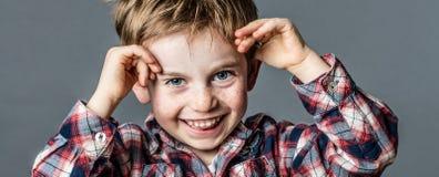 Portret bawić się z rękami dla zabawy dzieciństwa zuchwały preschooler Obrazy Stock