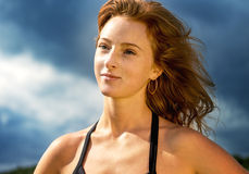 Portret bawi się pięknej dziewczyny z czerwonym włosy Obrazy Royalty Free