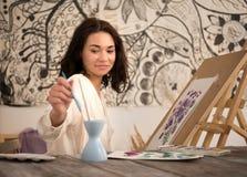 Portret beatifull żeński artysta rysuje obrazek przy jej studiiem Obrazy Royalty Free