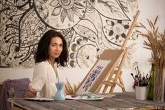 Portret beatifull żeński artysta rysuje obrazek przy jej studiiem Fotografia Royalty Free