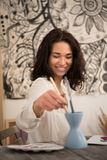 Portret beatifull żeński artysta rysuje obrazek przy jej sudio Obraz Stock