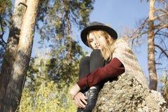 Portret beatifull dziewczyna w jesień lesie Zdjęcie Royalty Free