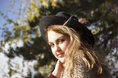 Portret beatifull dziewczyna w jesień lesie Zdjęcia Royalty Free
