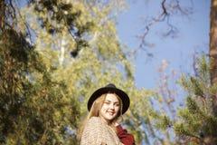Portret beatifull dziewczyna w jesień lesie Obrazy Royalty Free