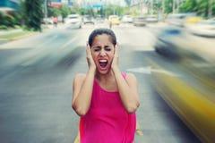 Portret bedrijfsvrouw die bij het verkeer van de straatauto gillen Royalty-vrije Stock Foto