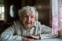 Portret bejaarde gelukkige vrouw royalty-vrije stock foto's