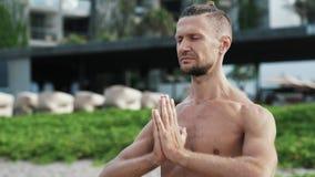 Portret bez koszuli sportowa ćwiczy joga i medytacja plenerowi zbiory