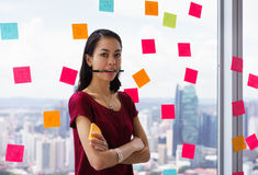Portret Bezig Person With Many Sticky Notes op Bureauvenster Stock Afbeelding