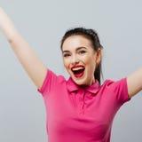 Portret beztroska młoda kobieta ono uśmiecha się z rękami podnosić obraz stock