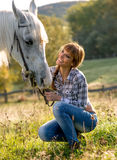 Portret biały koń kobieta i Zdjęcia Royalty Free