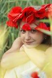 Portret bij het papaversgebied Stock Foto