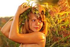 Portret bij zonsondergang: mooi jong meisje op gras royalty-vrije stock afbeelding
