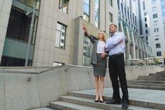 Portret biznesmen i bizneswoman pokazuje odległość plenerowa Obraz Royalty Free
