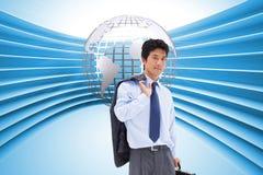 Portret biznesmen trzyma teczkę i jego kurtkę na jego ramieniu Zdjęcie Stock