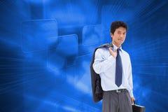 Portret biznesmen trzyma teczkę i jego kurtkę na jego ramieniu Zdjęcie Royalty Free