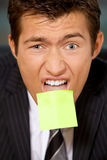 Portret biznesmen w biurze z pustą adhezyjną notatką wtykającą Zdjęcia Stock