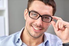 Portret biznesmen w eyeglasses przy biurem Zdjęcia Royalty Free