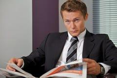 Portret biznesmena mienia gazeta w biurze Obrazy Royalty Free