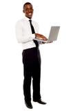 Portret biznesmena mienia laptop Fotografia Royalty Free