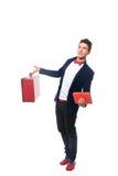 Portret biznesmena obsiadanie na jego walizce podczas gdy i uśmiech Zdjęcie Royalty Free