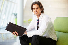 Portret biznesmena obsiadanie Na kanapy czytania raporcie Obrazy Royalty Free