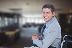 Portret biznesmena obsiadanie na wózku inwalidzkim w biurze Fotografia Royalty Free