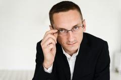 Portret biznesmena obsiadanie przy biurowym biurkiem Obraz Stock