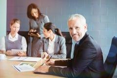 Portret biznesmena writing raport w sala konferencyjnej Fotografia Royalty Free