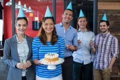 Portret biznesmeni świętuje ich kolegów urodzinowych Zdjęcie Royalty Free