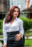 Portret biznesowa kobieta patrzeje szczęśliwy Fotografia Royalty Free