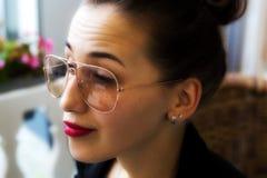 Portret biznesowa kobieta w okularach przeciwsłonecznych Zdjęcia Stock