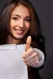 Portret biznesowa kobieta z papierową falcówką, uśmiechy Obraz Royalty Free